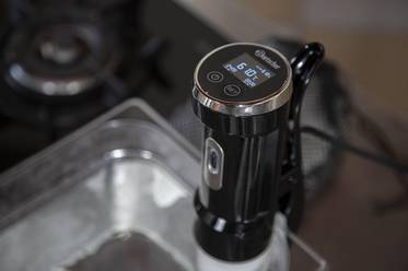 Bring the water up to 61 °C/ 142°F (measure using the sous vide stick)